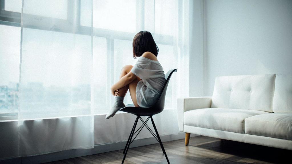 女性が椅子に座っている