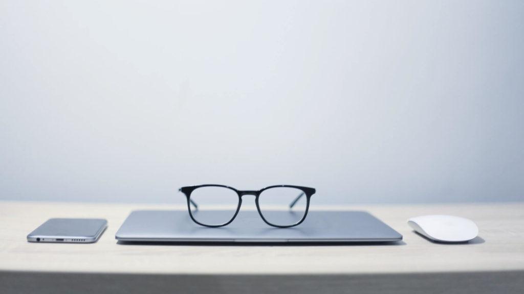 メガネとパソコンが置いてある