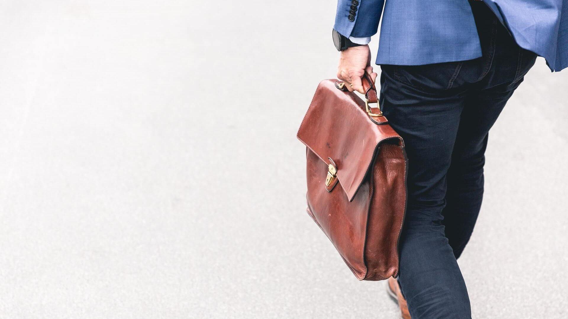 ビジネスバッグを持っている男性が歩いている