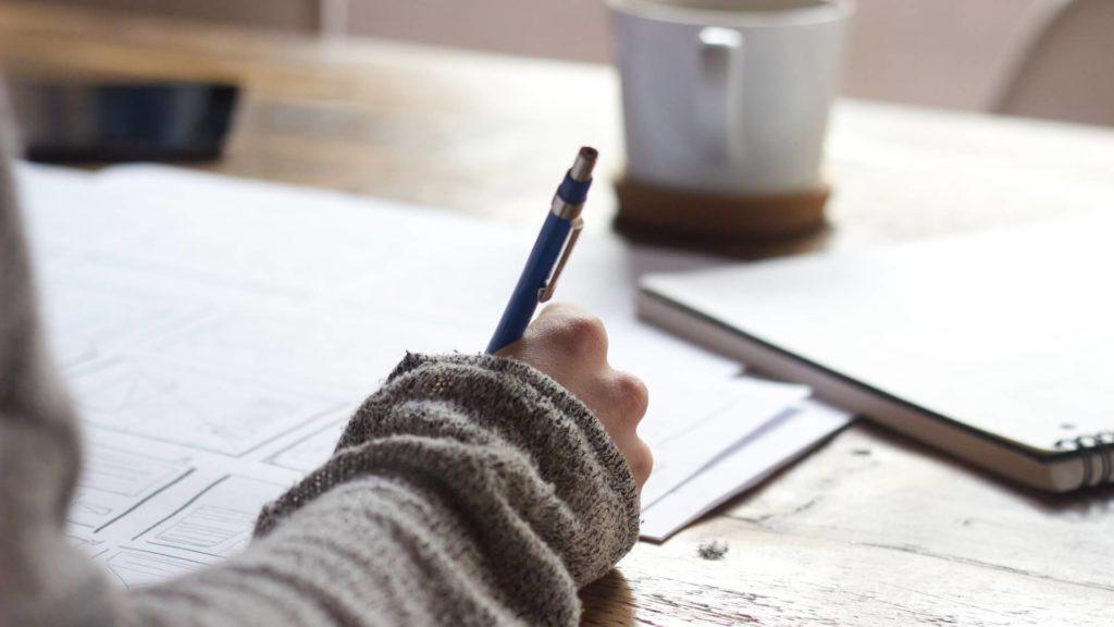 女の子が何かを書いている