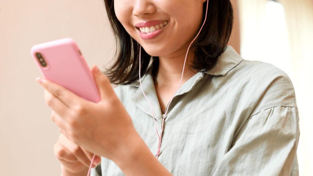 女性が音楽を聴いている
