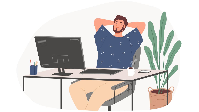 男性がパソコンの前でくつろいでいる